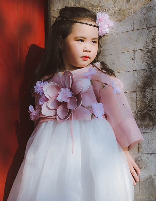 Tuy chỉ mới 6 tuổi,  người mẫu nhí Hà Vy đã thể hiện thần thái rất tự tin và chuyên nghiệp khi chụp hình