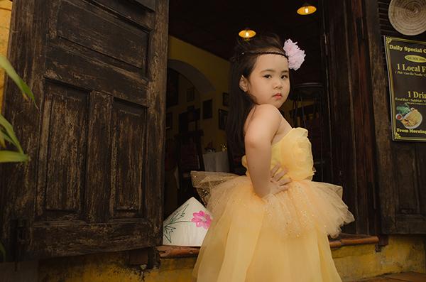 Hà Vy cũng từng được NTK Thảo Nguyễn chọn chụp lookbook tại Hội An.