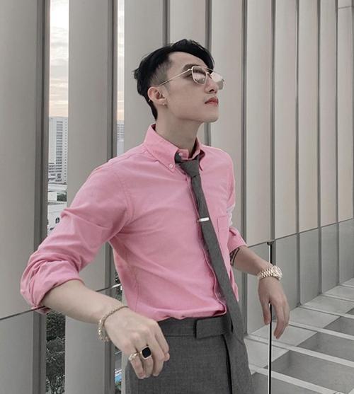 Với những bộ suit đơn giản, Sơn Tùng thể hiện cá tính bằng loạt phụ kiện đi kèm như mắt kính, nhẫn, vòng tay, đồng hồ... Nhiều fan ủng hộ nam ca sĩ tiếp tục theo đuổi hình ảnh đẹp hết phần thiên hạ này.