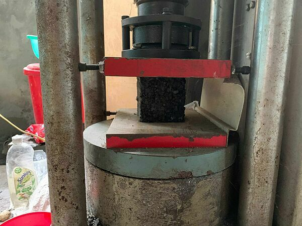 Công đoạn nén thành khối sau khi đã gia nhiệt.