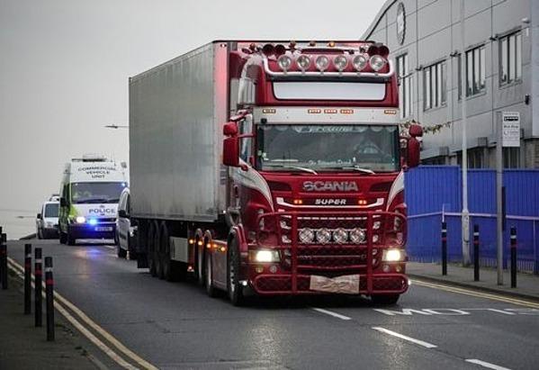 Chiếc container chở 39 thi thể được di chuyển khỏi hiện trường ở hạt Essex, Anh. Ảnh: Reuters.