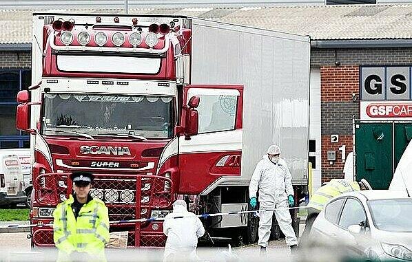Đội pháp y và cảnh sát tại hiện trường vụ 39 thi thể trong container. Ảnh: PA.