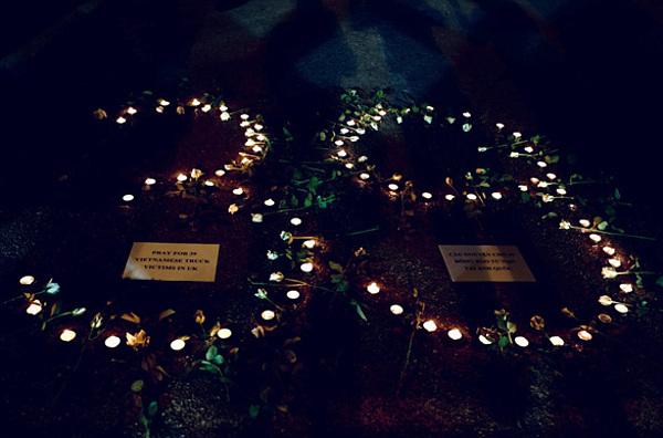 Người Việt xếp nến thành số 39 tưởng niệm các nạn nhân. Ảnh: Reuters.