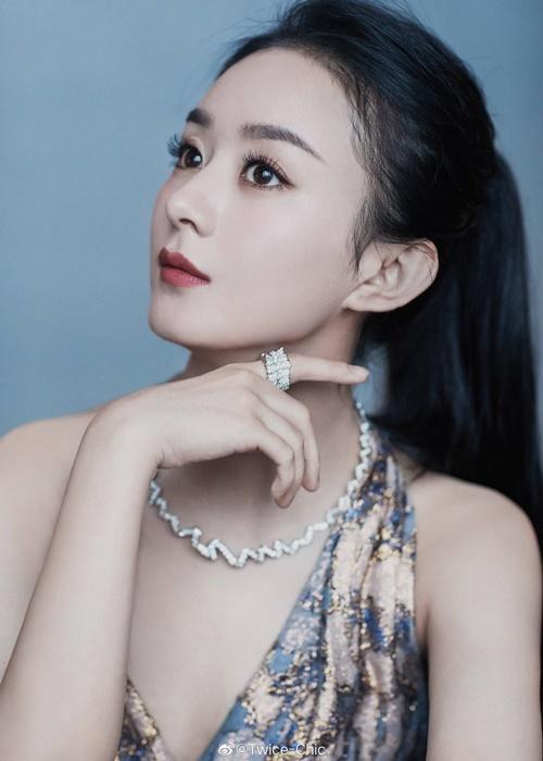Ngoài đầm, túi và thắt lưng Dior, Triệu Lệ Dĩnh còn đeo trang sức đắt giá của hãng. Chiếc nhẫn cao cấp có giá 345.000 tệ (khoảng 1,1 tỷ đồng), còn chiếc vòng cổ trị giá tới 610.000 tệ (hơn 2 tỷ đồng).