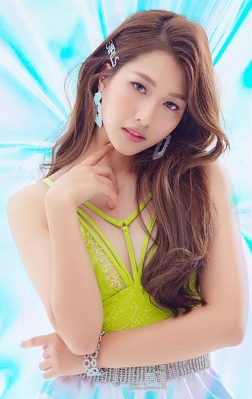 Liz tên thật là Nguỵ Thuỳ Linh, sinh năm 1995, từng nằm trong dự án nhóm nhạc của St.319.
