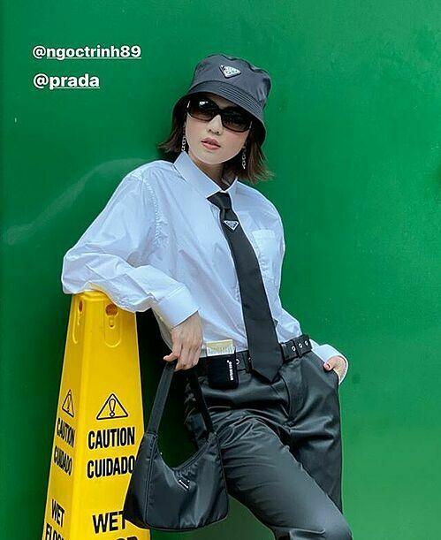 Ngọc Trinh vừacó buổi chụp hình street style mới. Cô nàng vẫn trung thành với phong cách cool ngầu, cá tính như thường lệ. Mỗi buổi chụp, Ngọc Trinh luôn được stylist chuẩn bị hàng chục bộ cánh khác nhau, từ váy áo đến phụ kiện đều rất đắt đỏ.