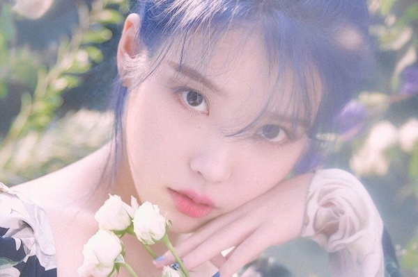 IU cho rằng cái tên Lee JiEun của cô quá phổ biến, đại trà nên đã quyết định đặt nghệ danh đặt biệt, mang thông điệp gắn kết nữ idol và người hâm mộ hơn. Do đó, cô ghép hai từ I và You với ý nghĩa là Bạn và tôi có thể trở thành một thông qua âm nhạc.