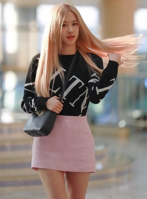 Trên Naver, có hơn 150 bài báo về Rosé sau khi cô nàng xuất hiện tại sân bay. Truyền thông Hàn đánh giá cao visual tỏa sáng của thành viên Black Pink với những từ khóa nổi bật như nàng tiên, ánh Mặt trời, tóc vàng, búp bê...Đây cũnglà lịch trình cá nhân đầu tiên của Rosé đến Trung Quốc nên rất được fan chú ý.