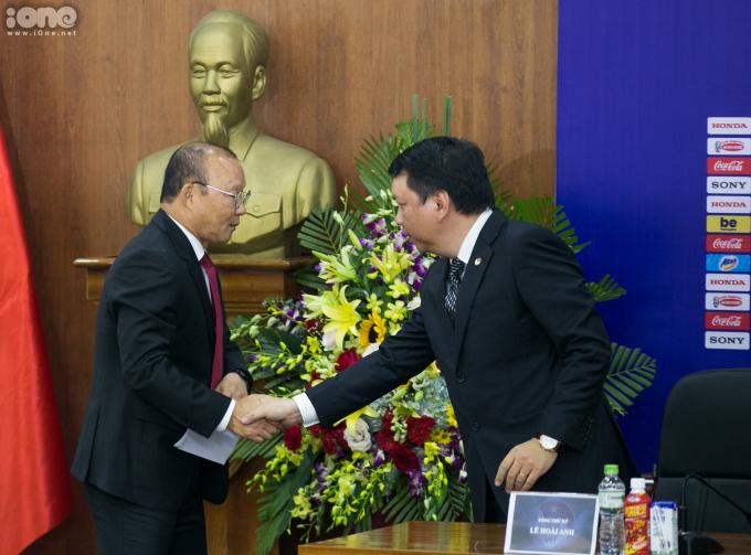 <p> Ông Park bắt tay Tổng thư ký VFF Lê Hoài Anh.</p>