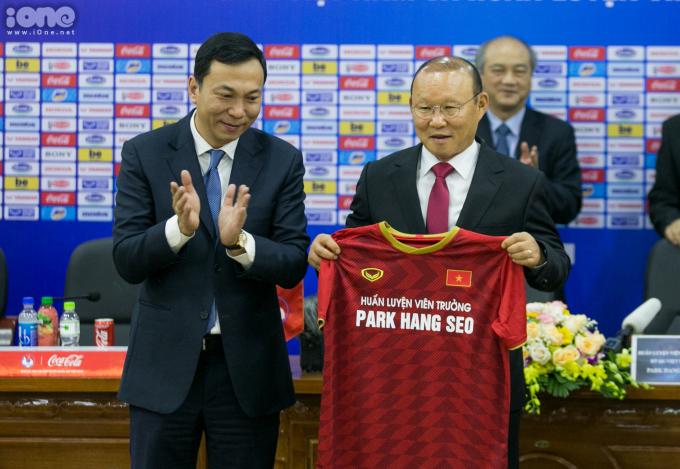 <p> Với những thành tích mà ông Park mang lại cho bóng đá Việt Nam thời gian qua, bản hợp đồng 3 năm khiến người hâm mộ vui mừng.</p>