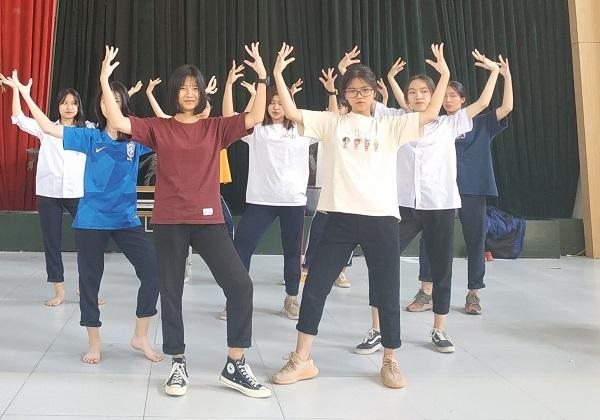 Nhóm nhảy L.A.Z.Y tập luyện cho vòng biểu diễn.