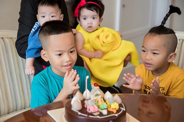 Tít và bé Nhím (con trai nuôi đầu tiên mà Đỗ Mạnh Cường nhận nuôi) hiện đang cùng học một trường quốc tế. Hai cậu bé cũng nhanh chóng kết thân sau khi về chung một nhà. NTK cho biết mỗi sáng 2 con trai đều tranh giành, và nói những lời yêu thương khiến anh rất hạnh phúc.