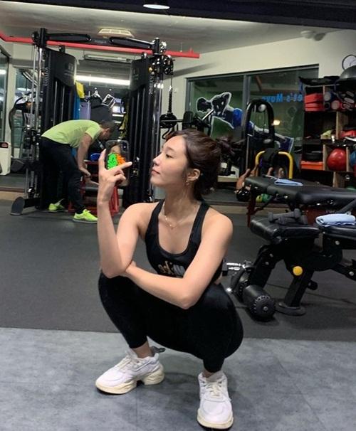 Jung Eun Ji khoe dáng thon gọn nhờ chăm chỉ cày gym.
