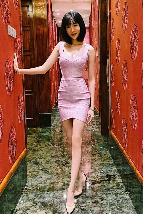 Đôi chân khẳng khiu thiếu cân đối khiến Elly Trần bị nghi chỉnh sửa ảnh quá đà.