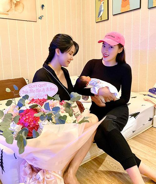 Kỳ Duyên đến chúc mừng Diệp Lâm Anh sinh em bé thứ hai. Hoa hậu khen quý tử nhà Diệp Lâm Anh rất điển trai.