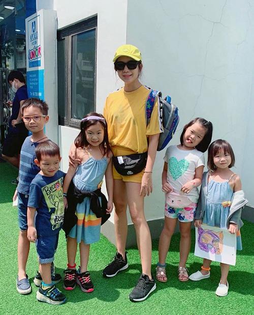 Minh Hà trẻ trung bên các con.