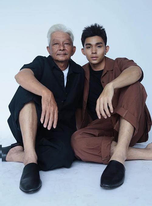 Jun Phạm rủ bố chụp ảnh chung. Phụ thân của nam ca sĩ được khen đẹp lão và phong độ.