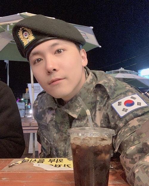 Lee Hong Ki bảnh bao trong bộ quân phục.