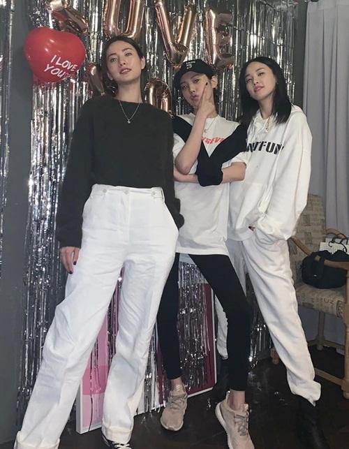 Ba thành viên After School tụ họp sau một thời gian dài. Nana và Joo Yeon tổ chức sinh nhật cho Lizzy (giữa).