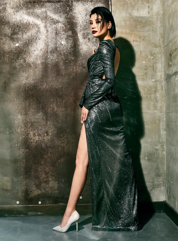 <p> Vũ Cẩm Nhung sinh năm 1976 tại Hà Nội. Sau khi đoạt giải nhì cuộc thi Tìm kiếm người mẫu thời trang châu Á 2002, giải tư cuộc thi Siêu mẫu châu Á (tổ chức tại đảo Guam - Mỹ), giải Người mẫu được yêu thích nhất (Singapore)... Vũ Cẩm Nhung được công nhận là siêu mẫu đầu tiên tại Việt Nam.</p>