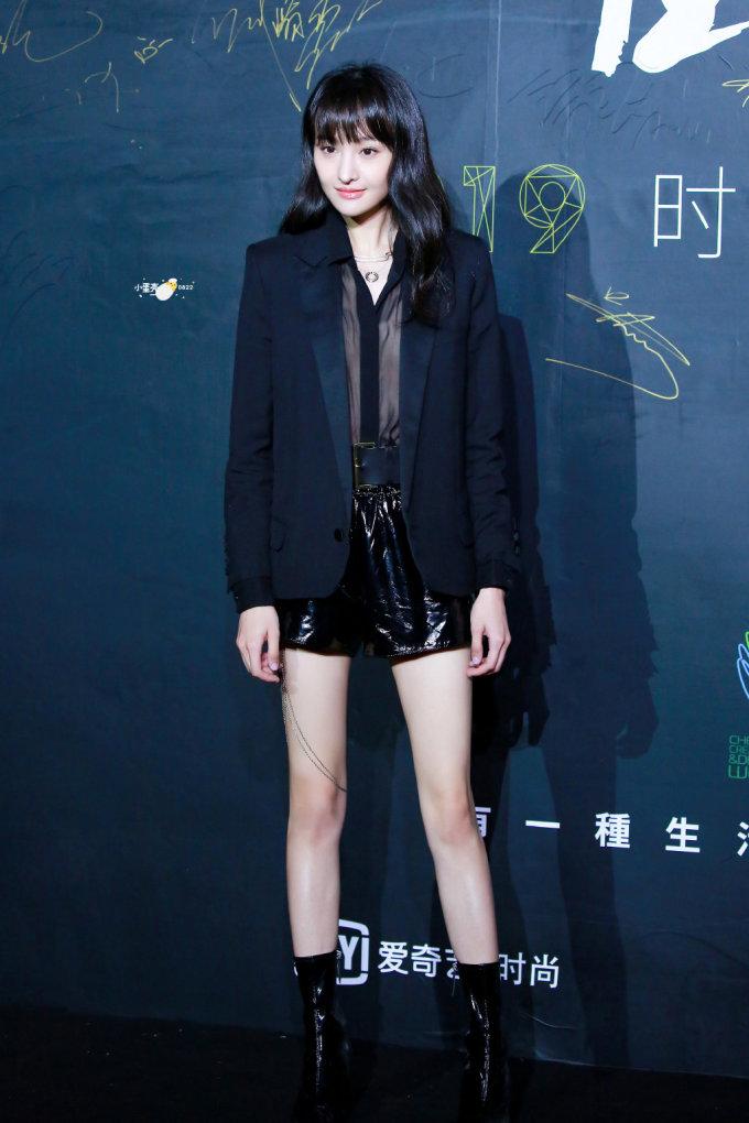 <p> Nữ diễn viên cũng bị chê quá gầy, đặc biệt là đôi chân nhỏ, xương xẩu. Hình ảnh của Trịnh Sảng trông thiếu sức sống, lép vế nếu so sánh với Cổ Lực Na Trát.</p>