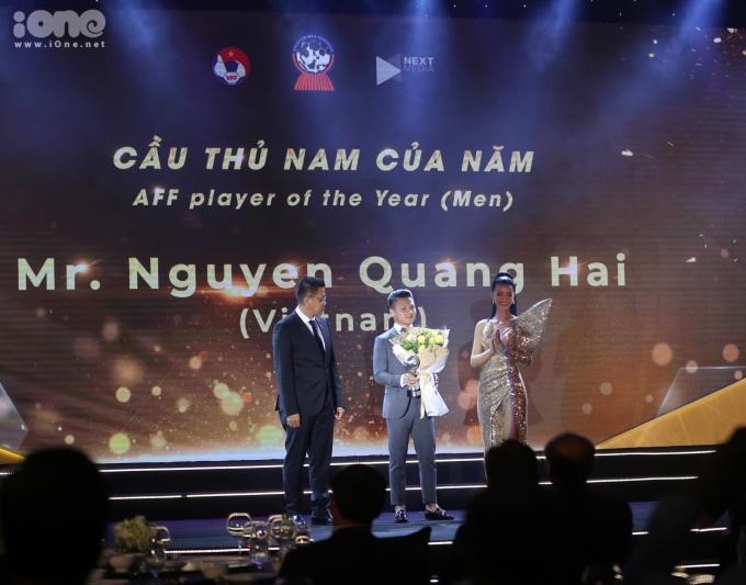 """<p> Nguyễn Quang Hải nhận giải thưởng """"Cầu thủ nam của năm"""".</p>"""