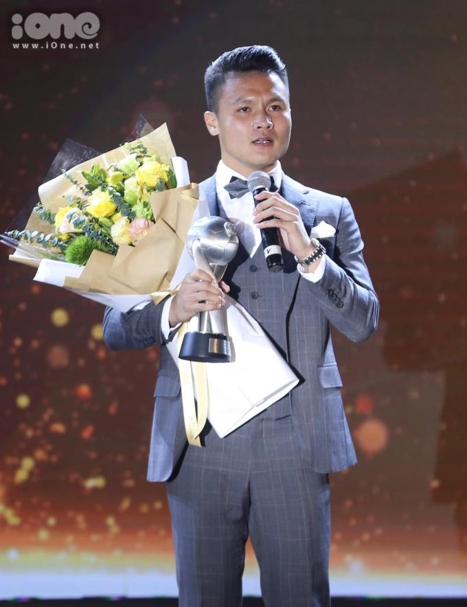 """<p> Vượt mặt ''Messi Thái'' Chanathip, Hải ''Con"""" trở thành Nam cầu thủ xuất sắc nhất Đông Nam Á. Tiền vệ sinh năm 1997 của CLB Hà Nội là trụ cột của ĐTVN.</p>"""