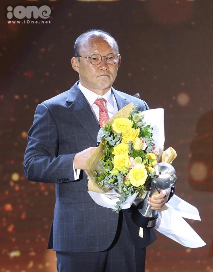 """<p> HLV Park Hang-seo vượt qua nhiều đối thủ nặng ký trở thành """"HLV của năm"""". Giải thưởng cao quý dành cho HLV Park hoàn toàn xứng đáng với những thành tích ông đã tạo nên cho bóng đá Việt Nam. Kể từ khi dẫn dắt đội tuyển, ông Park cùng các học trò đã đạt Á quân U23 châu Á 2018, vào bán kết Asiad 2018, vô địch AFF Cup 2018 và vào tứ kết Asian Cup 2019.</p> <p> Ông Park gửi lời cảm ơn tới người hâm mộ đã luôn đồng hành cùng ông và đội tuyển thời gian qua.</p>"""