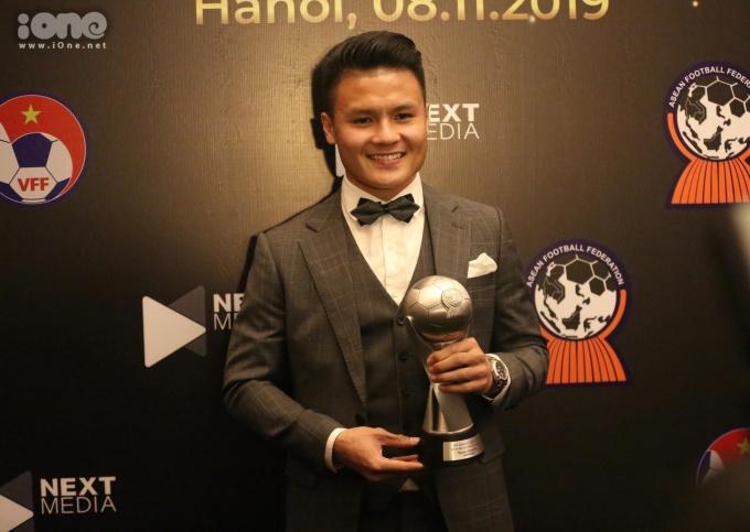 <p> Chia sẻ cảm xúc sau khi trở thành cầu thủ xuất sắc nhất Đông Nam Á, Quang Hải nói: ''Tôi muốn gửi lời cảm ơn đến HLV trưởng Park Hang-seo, người thầy luôn sát sao bên đội tuyển, giúp chúng tôi không sợ sệt bất kỳ đối thủ nào''.</p> <p> Sắp tới, Quang Hải cùng ĐTVN sẽ đối đầu UAE và Thái Lan trong khuôn khổ vòng loại World Cup 2022.</p>