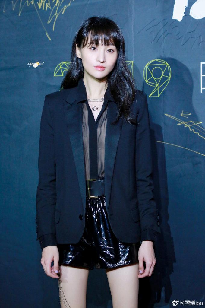 <p> Tối 8/11, dàn nghệ sĩ Trung Quốc tham dự sự kiện do tạp chí L'Officiel tổ chức. Khuôn mặt vô hồn của Trịnh Sảng tiếp tục trở thành đề tài gây tranh cãi trên mạng xã hội. Nữ diễn viên cũng vướng nghi vấn phẫu thuật thẩm mỹ, đặc biệt là chiếc mũi dài nhọn bất thường.</p>