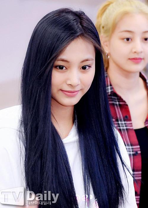 2 visual nhà JYP Yuna - Tzuyu đọ nhan sắc đỉnh cao ở sân bay - 9