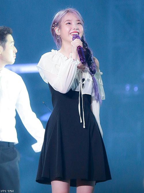 Xuất hiện tại Concert ở Gwang Ju mới đây, IU khoe vẻ đẹp trong trẻo dịu dàng khi diện váy của The Flower Season, item có mức giá bất ngờ  32,500 won ( khoảng hơn 650 nghìn đồng).