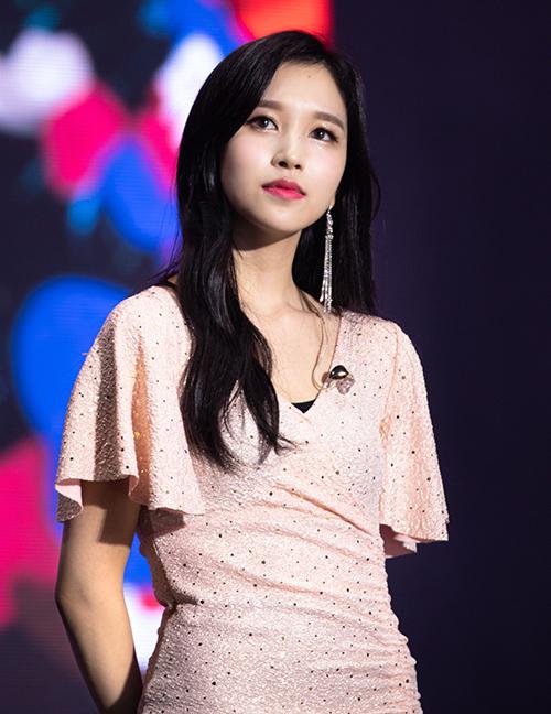 Mina (Twice) bất ngờ khi tham gia fanmeeting vào dịp Halloween, cô nàng diện mẫu váy giá rẻ chỉ 26,000 won (khoảng hơn 520 nghìn đồng) nhưng vẫn xinh đẹp nổi bật