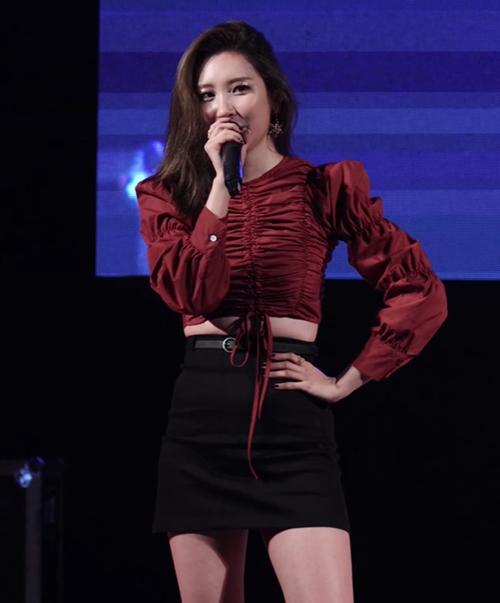 Áo crotop 21,000 won và chân váy 26,000 won, set đồ giá rẻ (khoảng hơn 940 nghìn đồng) nhưng Sunmi vẫn khoe trọn thần thái girl crush cuốn hút