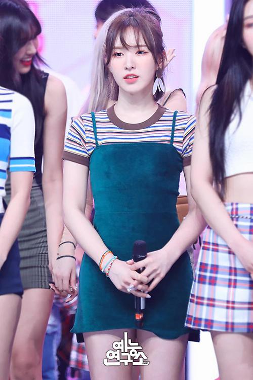 Outfit biểu diễn của Wendy (Red Velvet) gồm những item giá hạt dẻ mini dress của Forever 21 và áo crotop của Sculptor, tổng set đồ khoảng hơn 830 nghìn đồng.