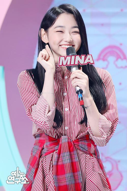 Kang Mina (Gugudan) tươi tắn, trẻ trung với Checked Tie Shirt-dress của R.Shemiste, item có mức giá rẻ chỉ 38,400 won (khoảng hơn 770 nghìn đồng).