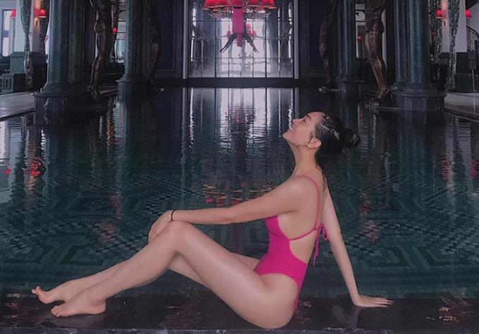 Á hậu Lệ Hằng ít khi khoe hình bikini, tuy nhiên một khi đã diện đồ tắm, cô cũng chọn kiểu dáng cắt xẻ táo bạo, màu sắc rất nổi bật.
