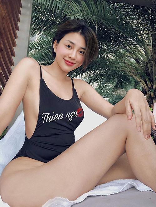 Thiên Nga diện bộ đồ tắm một mảnh nhưng vẫn gợi cảm hết cỡ nhờ chi tiết khoét nách rộng, khoét hông cao, giúp cô nàng tôn lên số đo chuẩn mực.
