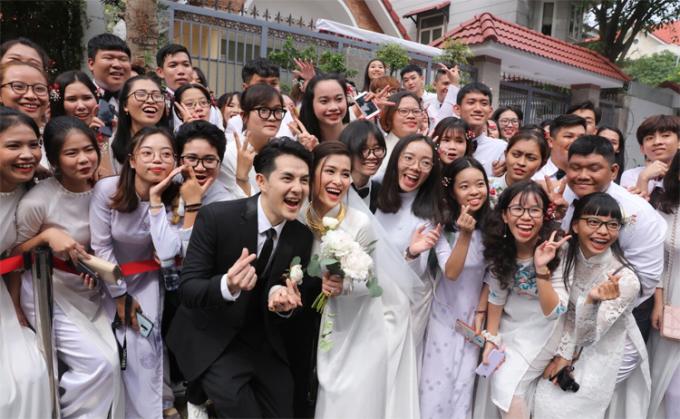 Khi Đông Nhi - Ông Cao Thắng xuất hiện, fan vây kín và liên tục hô vang tên cặp đôi.Cả hai cùng lưu giữ những khoảnh khắc trong ngày trọng đại bên các fan.