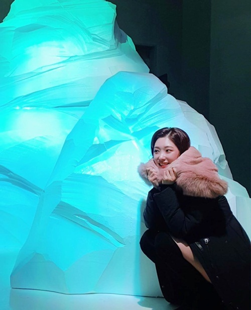 Chae Yeon (DIA) mặc ấm áp tạo dáng rét run bên tảng băng giả.
