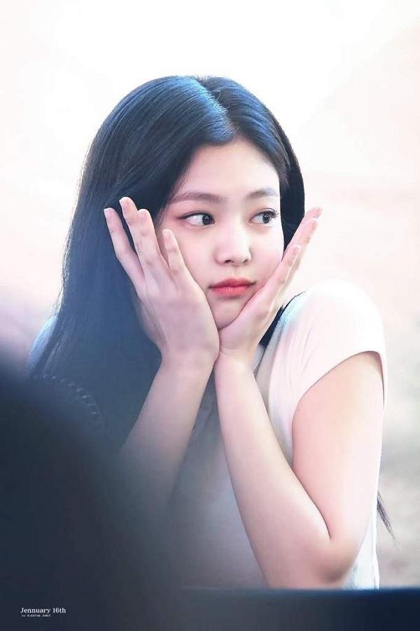 Jennie (BLACKPINK) sở hữu cặp má phúng phính nhưng tỉ lệ khuôn mặt lại rất nhỏ nhắn nên luôn được khán giả Hàn khen ngợi nhan sắc.