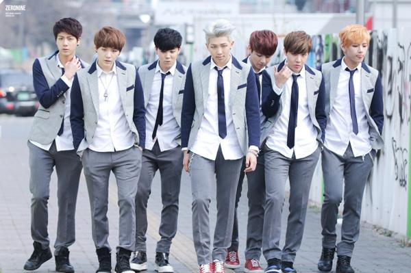 Diện đồng phục học sinh nhưng các chàng trai BTS vẫn ngời ngời khí chất.