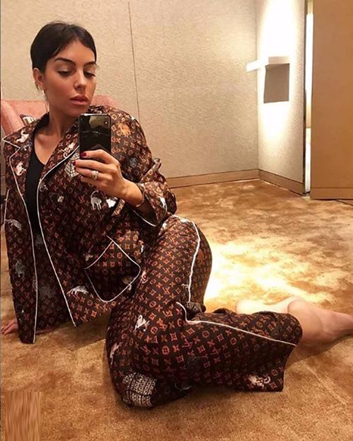 Bà xã của cầu thủ Ronaldo - Georgina Rodríguez kết hợp bộ đồ ngủ cùng áo thun đen bên trong.