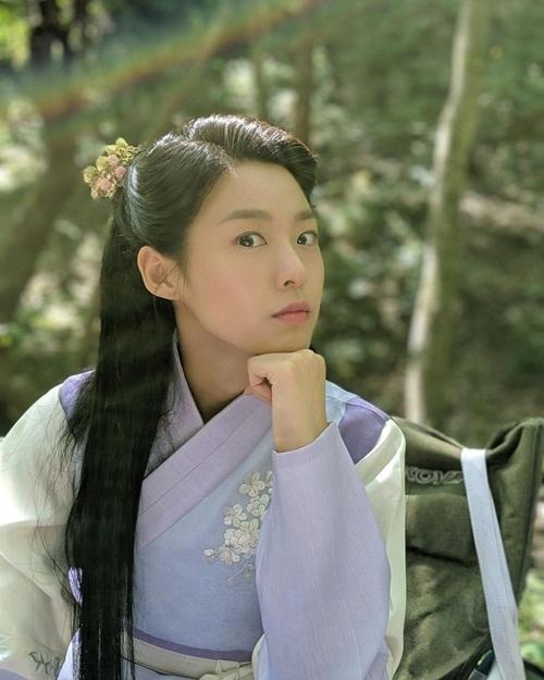 Cái liếc mắt dữ dằn của Seol Hyun.