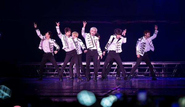 EXO bảnh bảo trong những bộ trang phục giống nhau tại một concert ở Thái Lan.