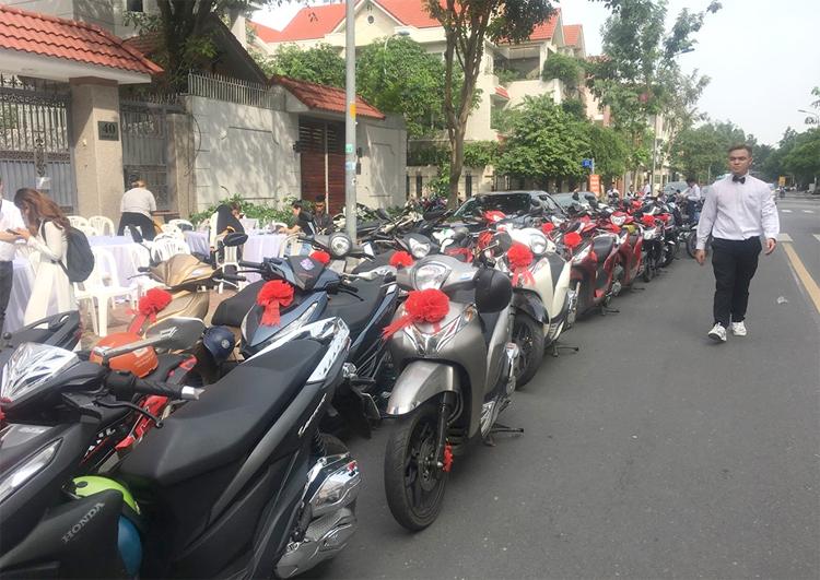 Người hâm mộ Ông Cao Thắng - Đông Nhi chuẩn bị hàng trăm chiếc xe máy trong lễ rước dâu của cặp đôi. Trên mỗi chiếc xe đều gắn nơ đỏ mừng ngày đại hỷ của thần tượng.