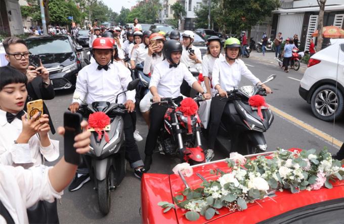Fan đi xe máy, đưa Đông Nhi về nhà chồng.