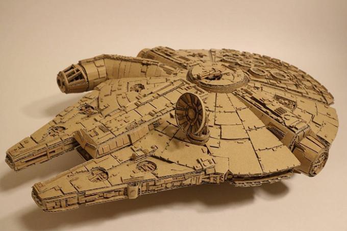 <p> Ohno chia sẻ các tác phẩm điêu khắc từ bìa các-tông trên trang mạng xã hội của mình, thu hút hơn 13 nghìn người theo dõi. Đây là mô hìnhphi thuyền Millennium Falcon lấy cảm hứng từ bộ phim <em>Star Wars.</em></p>