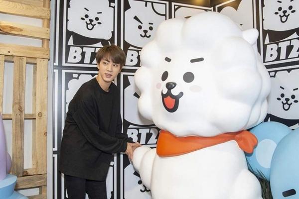 Hình ảnh hài hước về sở thích ôm gấu bông mọi lúc mọi nơi của Jin (BTS) - 5