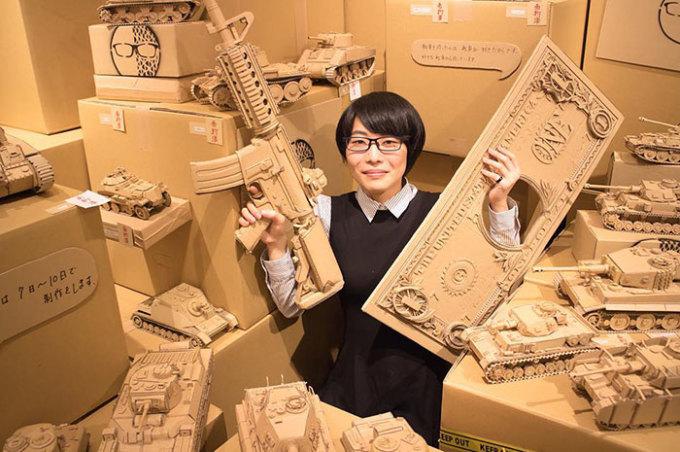 <p> Vì không đủ tiền mua vật liệu cho các dự án ở trường học, nữ sinh chuyển sang dùng bìa các-tông, bằng cách đặt hàng từ sàn thương mại điện tử Amazon.</p>